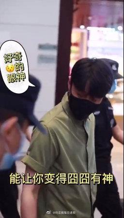 组图:小小的眼睛大大的疑惑!李荣浩现身机场被粉丝送美瞳