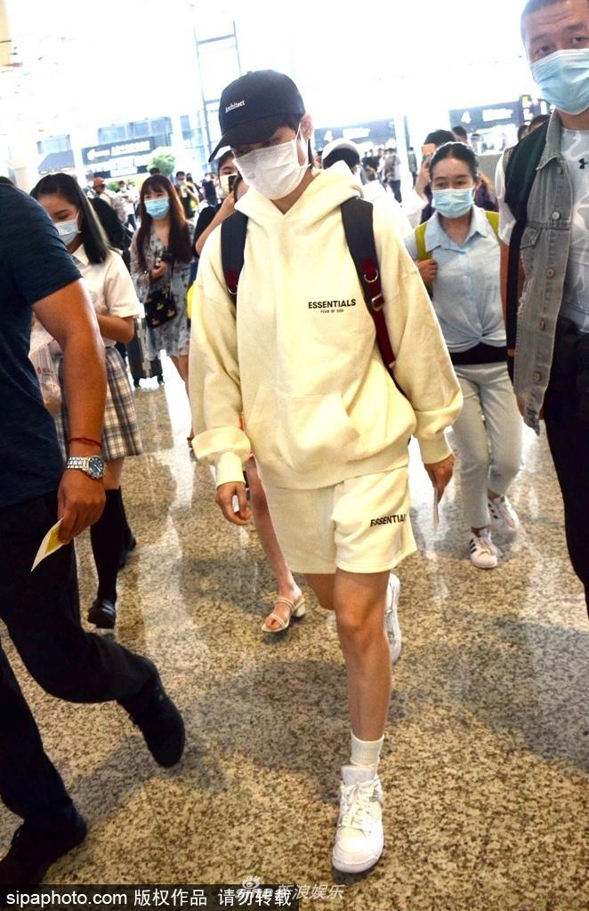 组图:李宇春穿黄色卫衣短裤套装秀长腿 获粉丝跟随低头快走