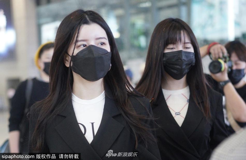 组图:BY2穿黑色西服外套亮相机场酷劲足 黑长直造型清纯可人