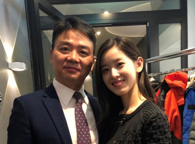 刘强东章泽天离婚风波后亲密同框的照片 - 9