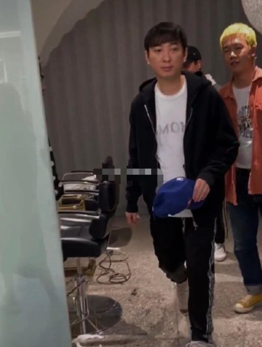 網友理發店偶遇王思聰 打扮隨意帽子擋臉拒被拍圖片