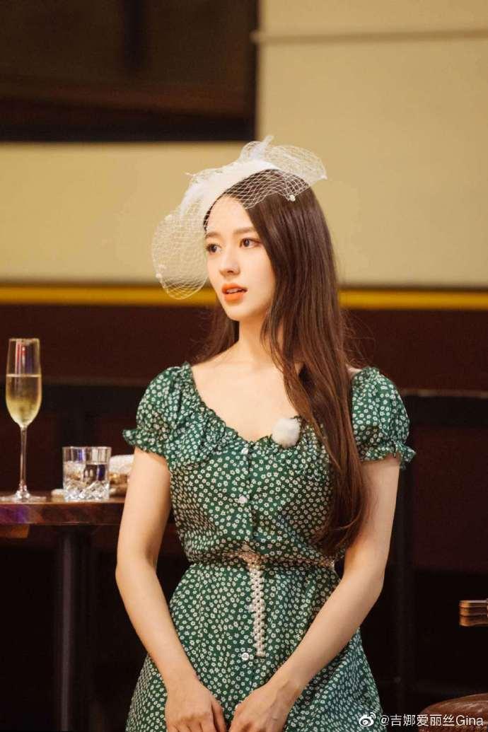 吉娜在微博晒晒自拍 身穿绿色碎花裙尽显清新俏皮