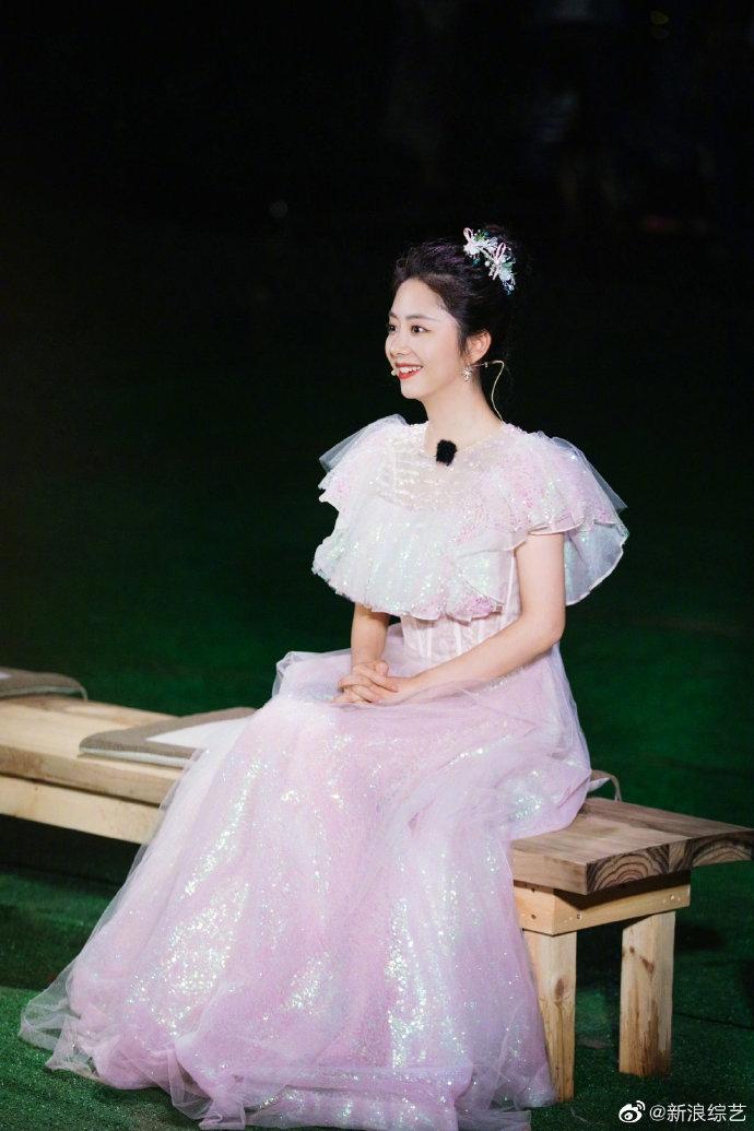 组图:谭松韵玻璃糖纸公主裙童话气息满满 白蕾丝收腰尽显身材