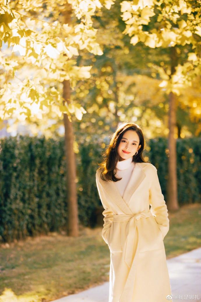组图:娜扎白色羊绒大衣干净素雅 长发红唇阳光下灿笑美成画