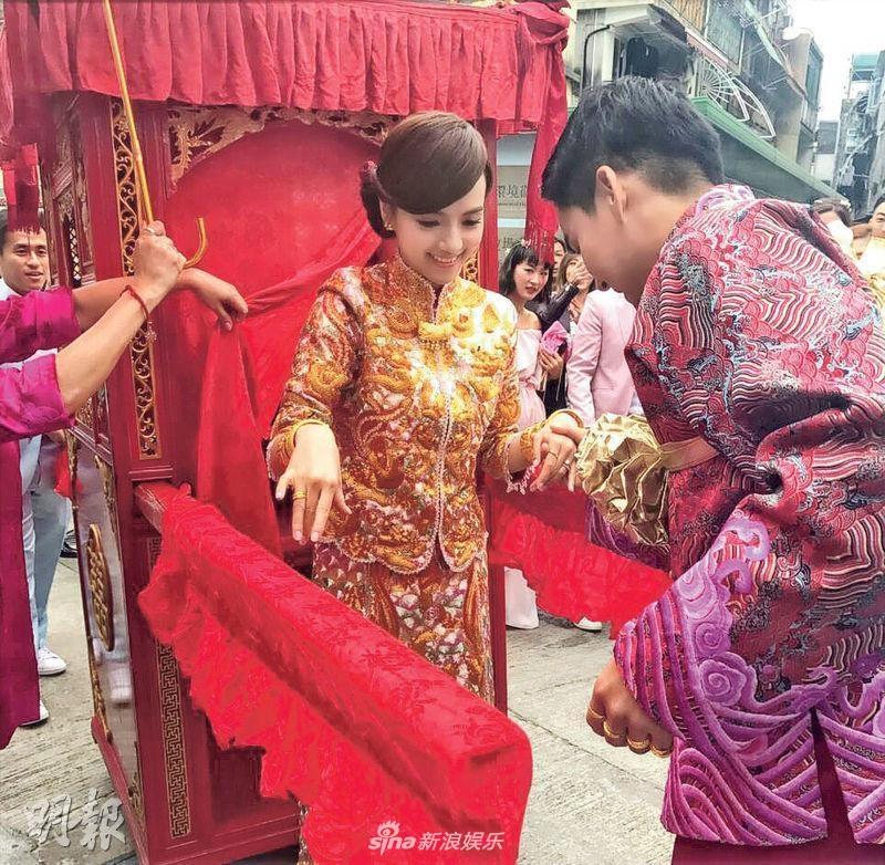 陈嘉宝坐大红花轿出嫁 与老公接吻一分钟超甜蜜