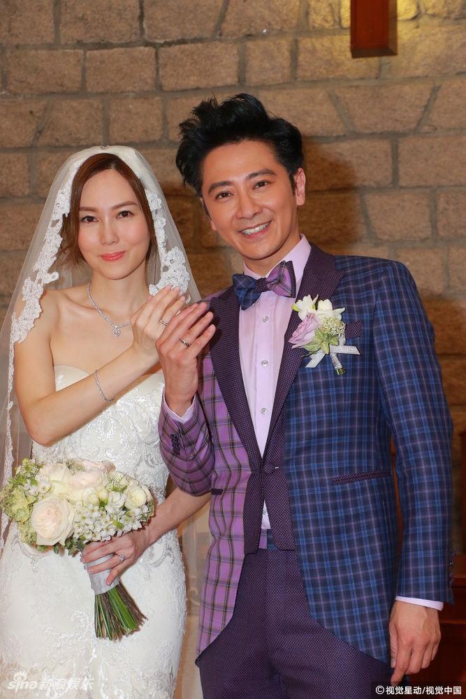 孙耀威唱英文情歌示爱娇妻 陈美诗纯白低胸婚纱超美
