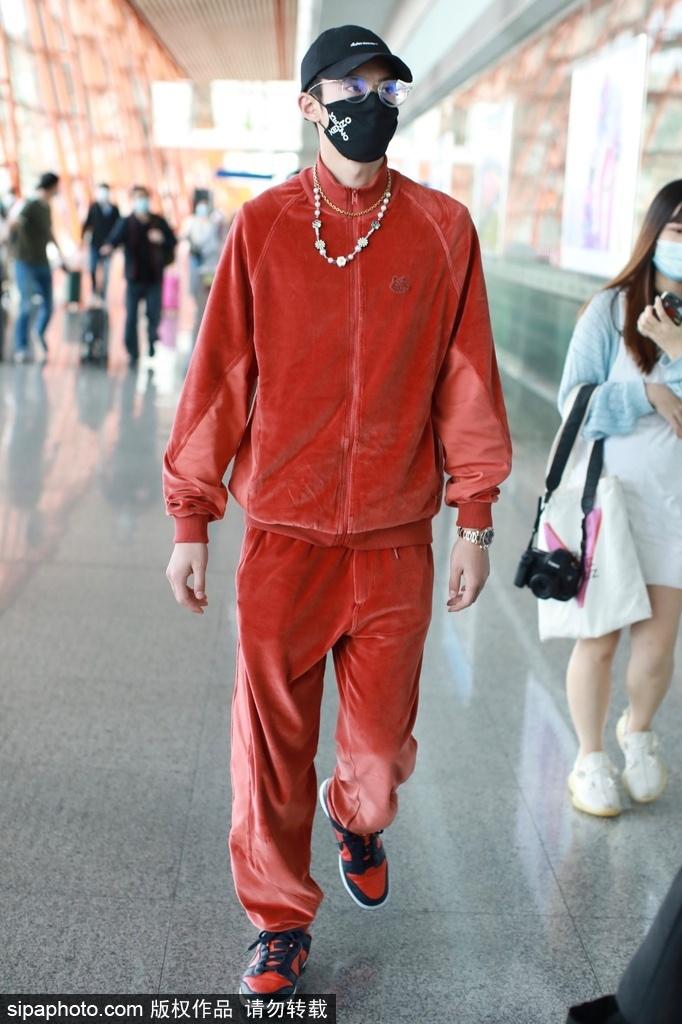 组图:王鹤棣穿红色运动装造型有活力 戴小雏菊项链平添少男心
