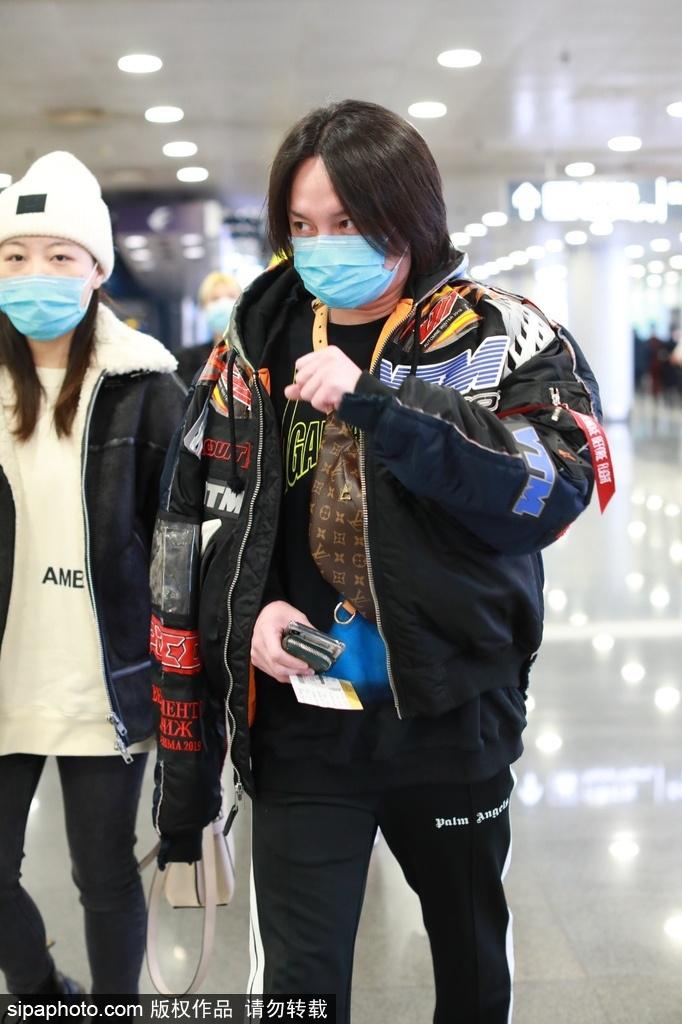 组图:尹正一身夹克黑色休闲装潇洒出行 与跟拍粉丝打招呼示意