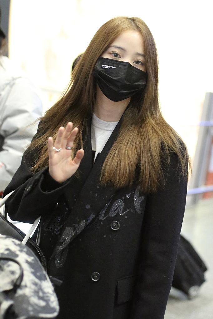 组图:欧阳娜娜一头金发潮范儿足 穿黑色大衣贴心签名又暖又酷