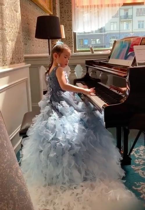 组图:黄奕女儿盛装打扮演奏钢琴 仪态优雅秒变气质小女神