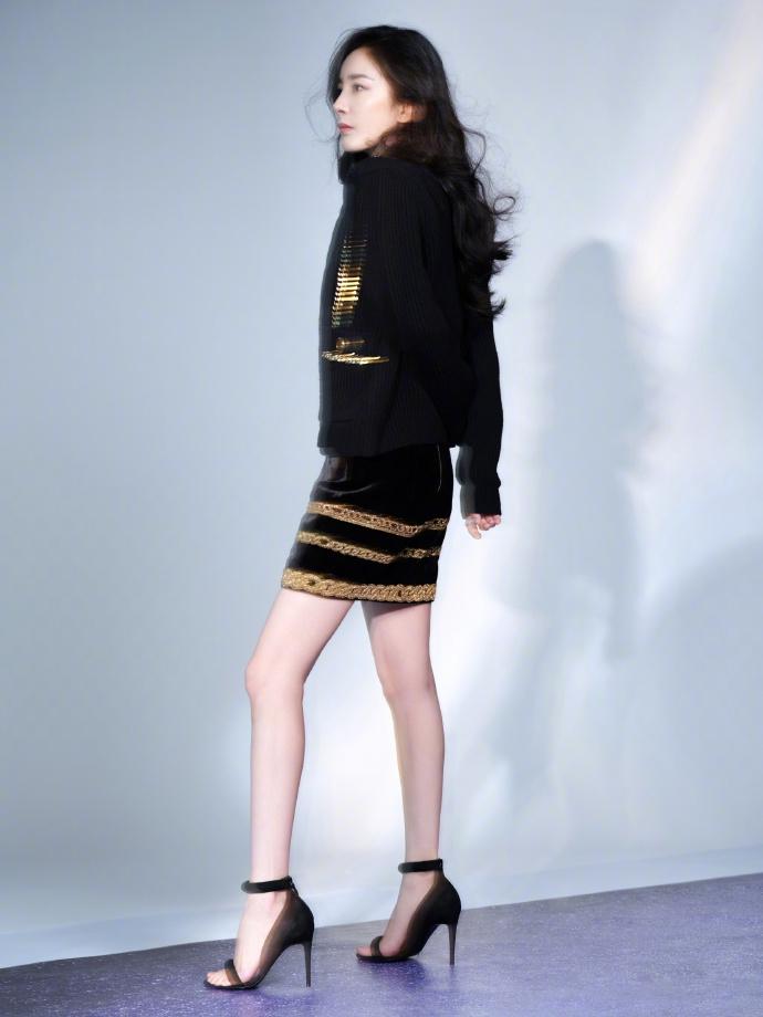 组图:杨幂穿黑色套装踩恨天高优雅精致 大波浪长发慵懒女人味