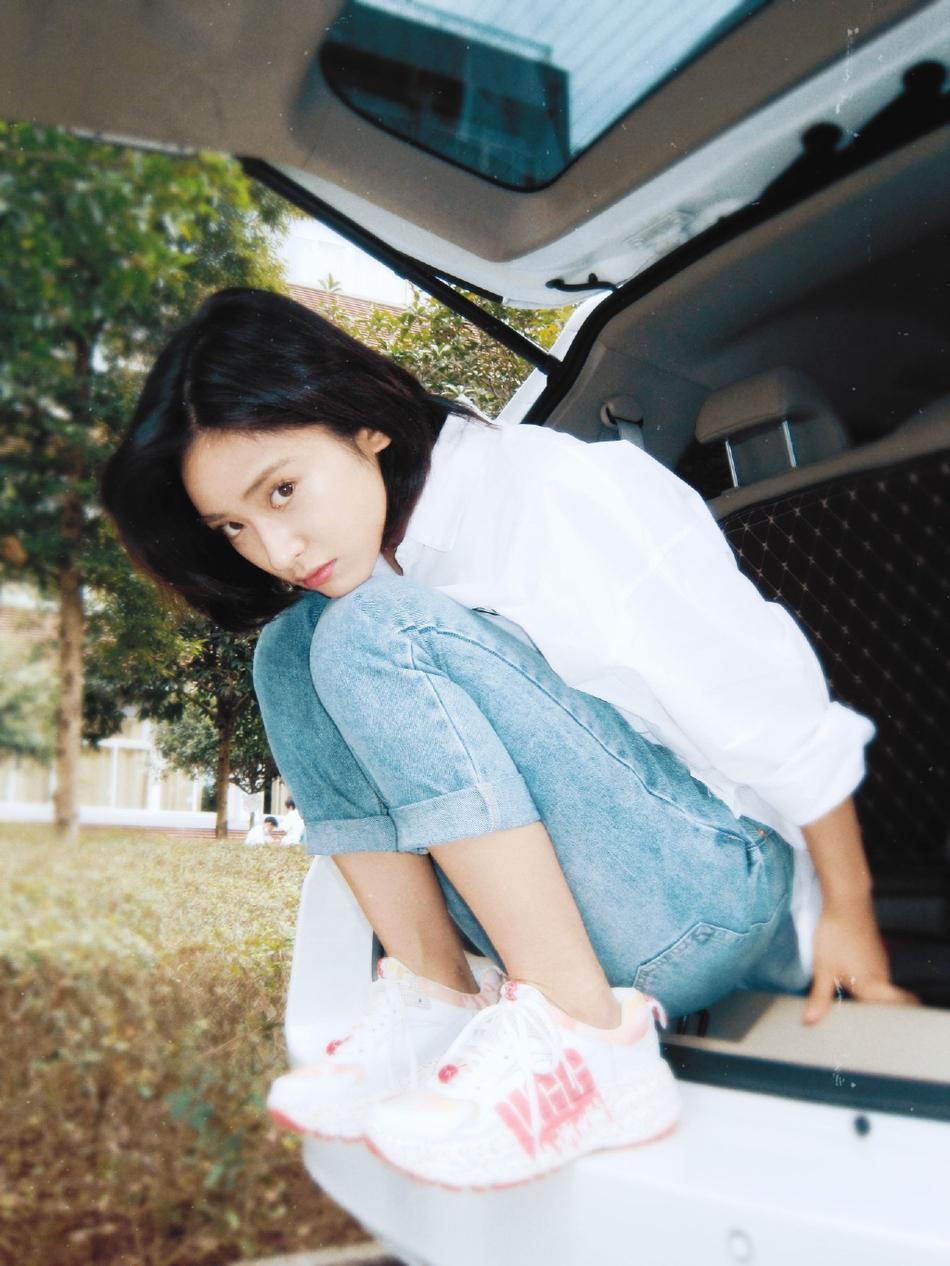 组图:沈月晒美照迎九月 白衬衫牛仔裤走校园风清新又少女