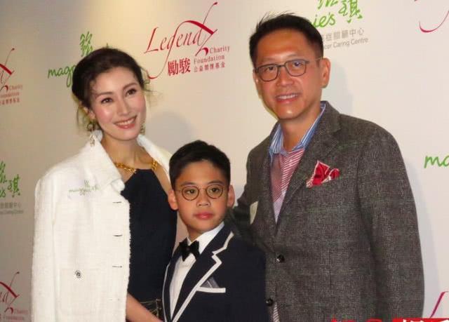 李嘉欣儿子正面照曝光 才8岁已经戴上近视镜