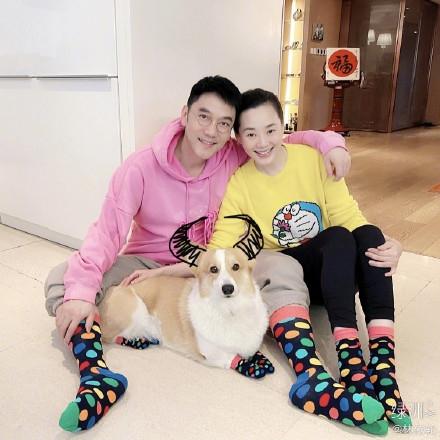 组图:林依轮带爱犬拍拼图全家福 因袜子不够导致一家人不能同框