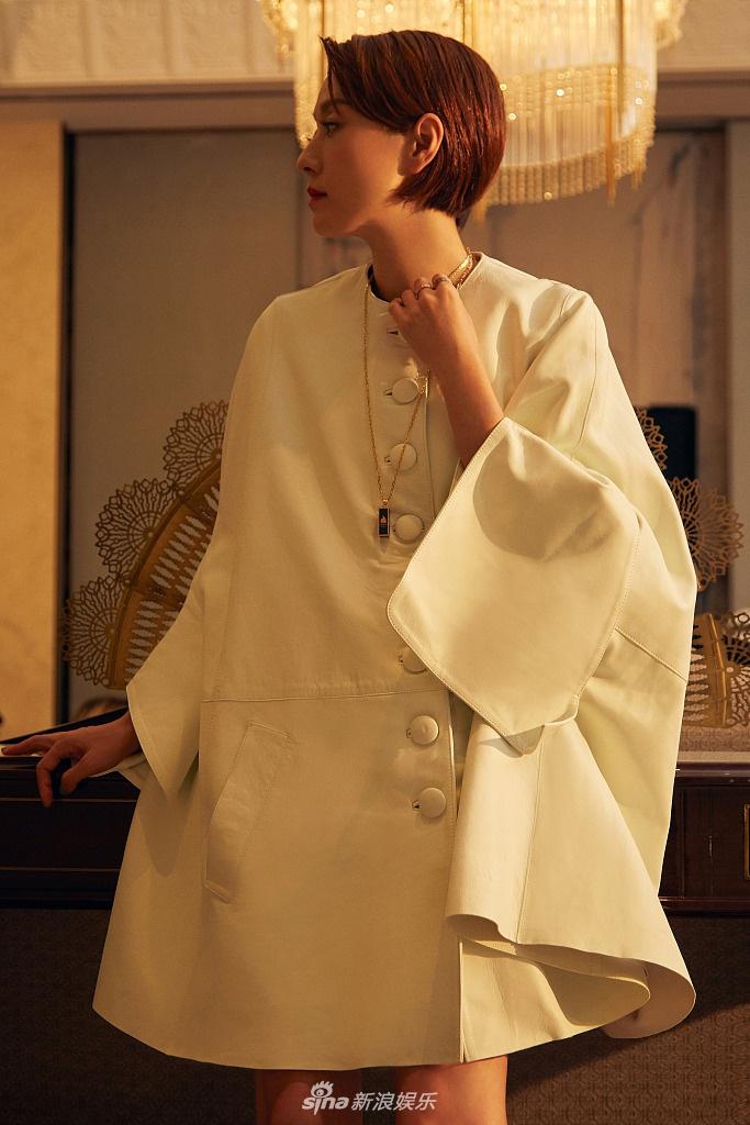组图:马伊琍穿白色斗篷裙大气优雅 踩堆堆靴秀美腿时髦有范