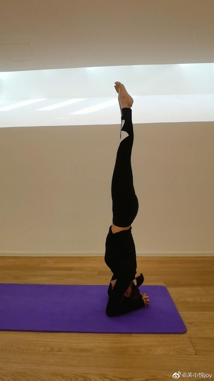 组图:41岁关悦晒高难度瑜伽照 倒立劈叉柔韧度惊人秀完美身材