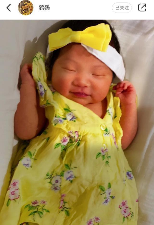 组图:张纪中女儿正面照曝光 穿黄色印花连衣裙戴蝴蝶结甜美可爱