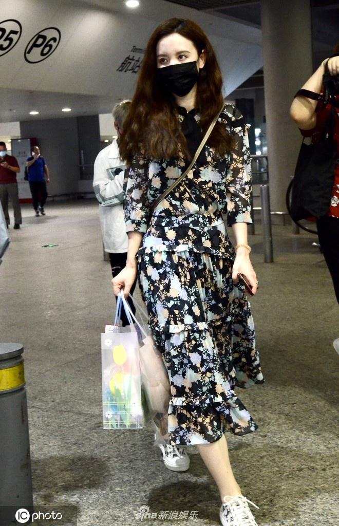 组图:张萌穿碎花连身裙抵达机场 与路人打招呼亲切友好