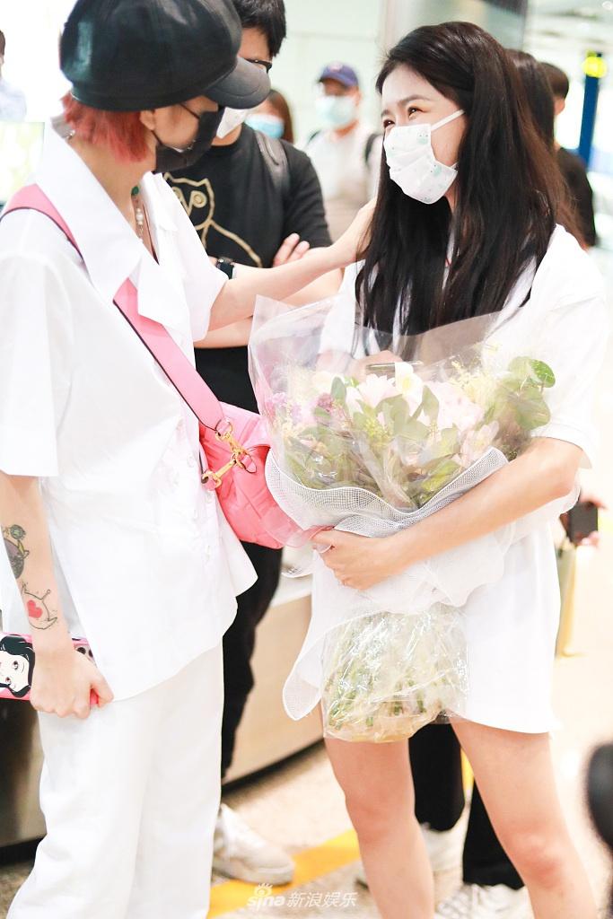 组图:乃万蔡卓宜机场偶遇 婧妹情谊依旧在同框热聊