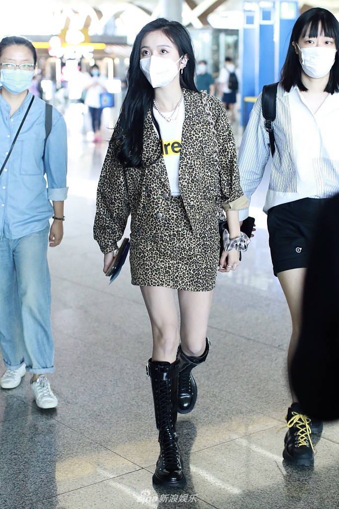 组图:吴宣仪穿豹纹套装现身 摘口罩露精致面庞