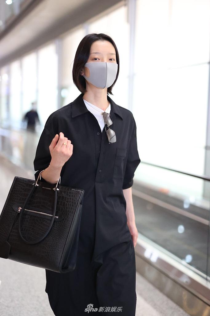 组图:杜鹃穿超大黑色衬衫又酷又休闲 走路带风尽显超模范儿