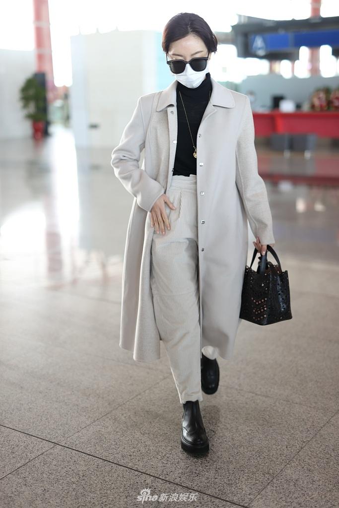 组图:陈数穿长款大衣现身机场 墨镜加持走路带风气场满分