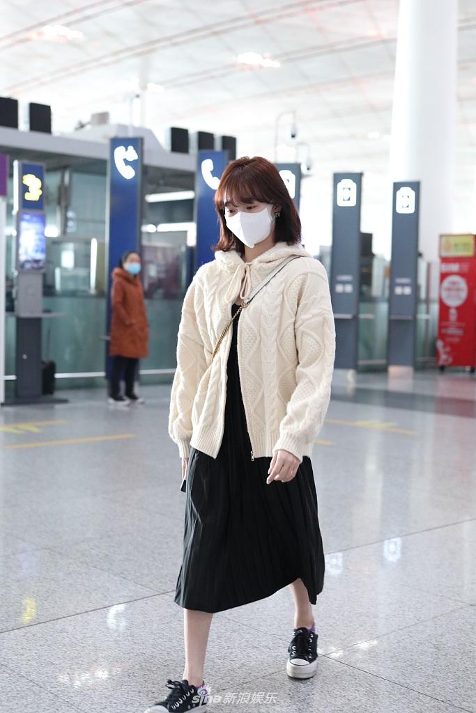 组图:小甜豆李子璇现身机场 留齐刘海穿半裙甜美可爱