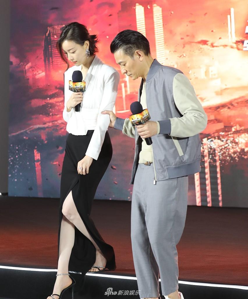 组图:倪妮穿开叉裙优雅性感 获刘德华搀扶下台阶美腿吸睛