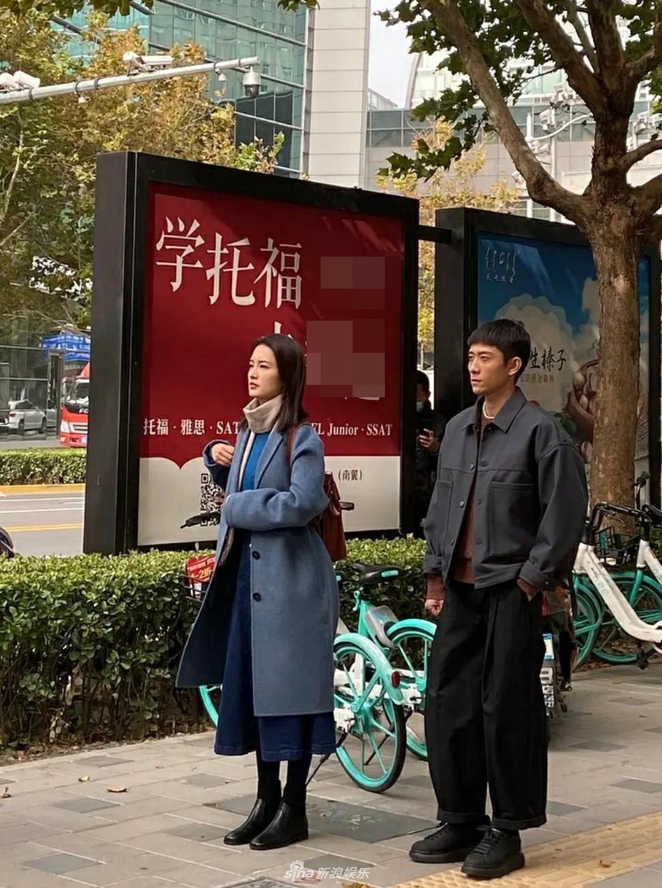 组图:张一山李沁新剧拍摄路透曝光 街头手牵手有点甜