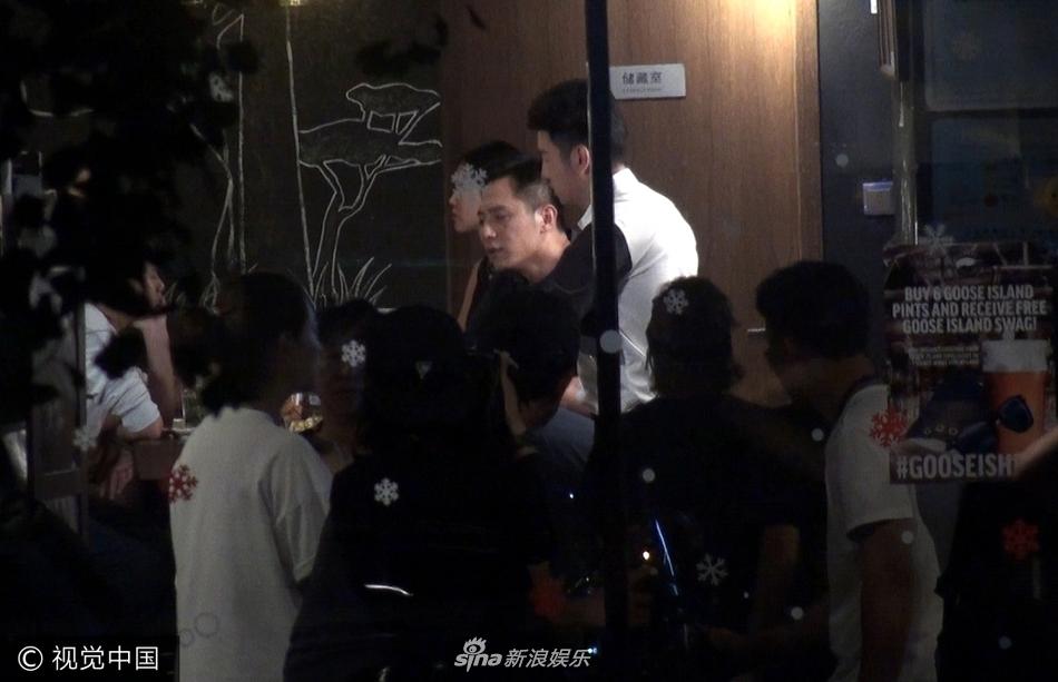 刘烨与雷佳音酒吧深夜尬戏 盘腿坐吧台边放纵不羁