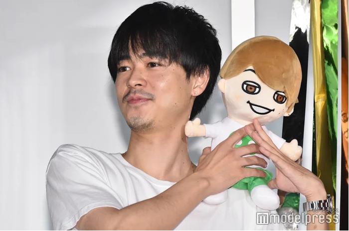 组图:成田凌出席电影宣传活动 手捧大仓忠义造型娃娃