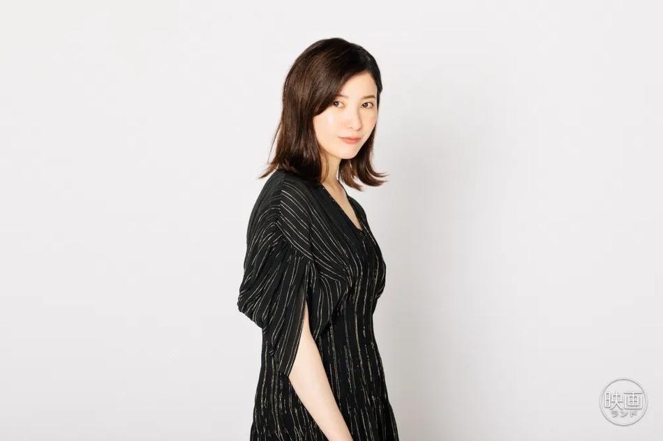 组图:吉高由里子谈上映新片 黑色长裙气质佳