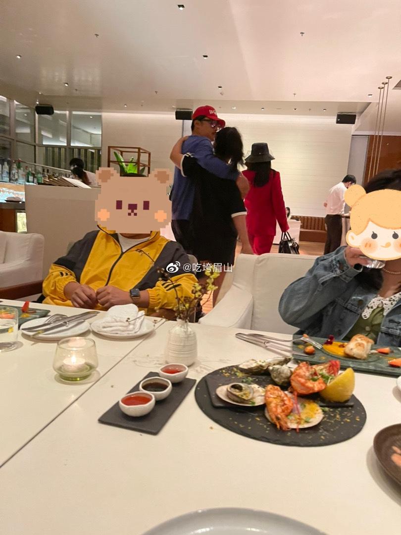 组图:李湘与家人现身高档酒店 王诗龄搭爸爸肩膀又高又壮