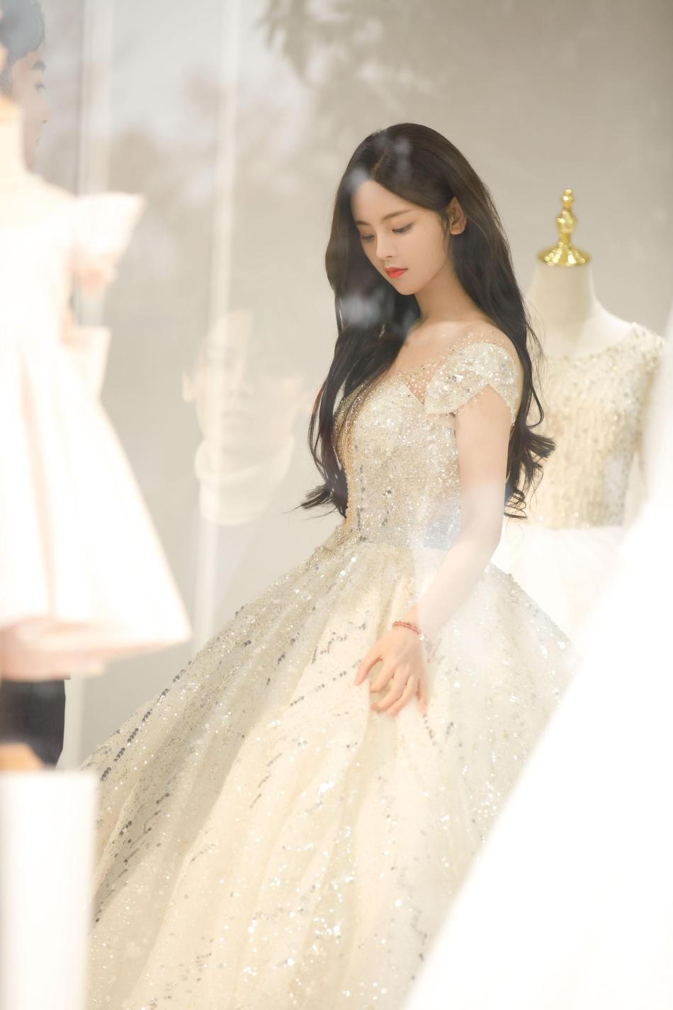 组图:杨超越尝试婚纱造型碎钻裙梦幻 长卷发披肩温柔恬静