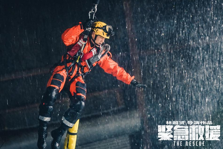 组图:《紧急救援》杀青 彭于晏水中开香槟庆祝