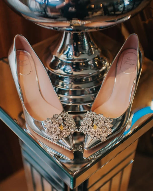 Hôn lễ thế kỷ xa hoa bậc nhất của cặp đôi vàng showbiz Malaysia: Cô dâu diện váy 58 tỷ đồng, bánh cưới 8 tầng úp ngược - Ảnh 10.