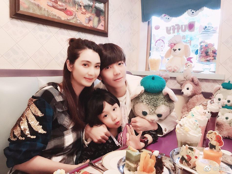 组图:洪欣带儿女和蔡少芬陈法蓉游迪士尼 不见张丹峰身影