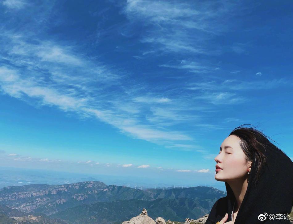 组图:素颜大公开!李沁无妆站在蓝天白云下惬意感受大自然