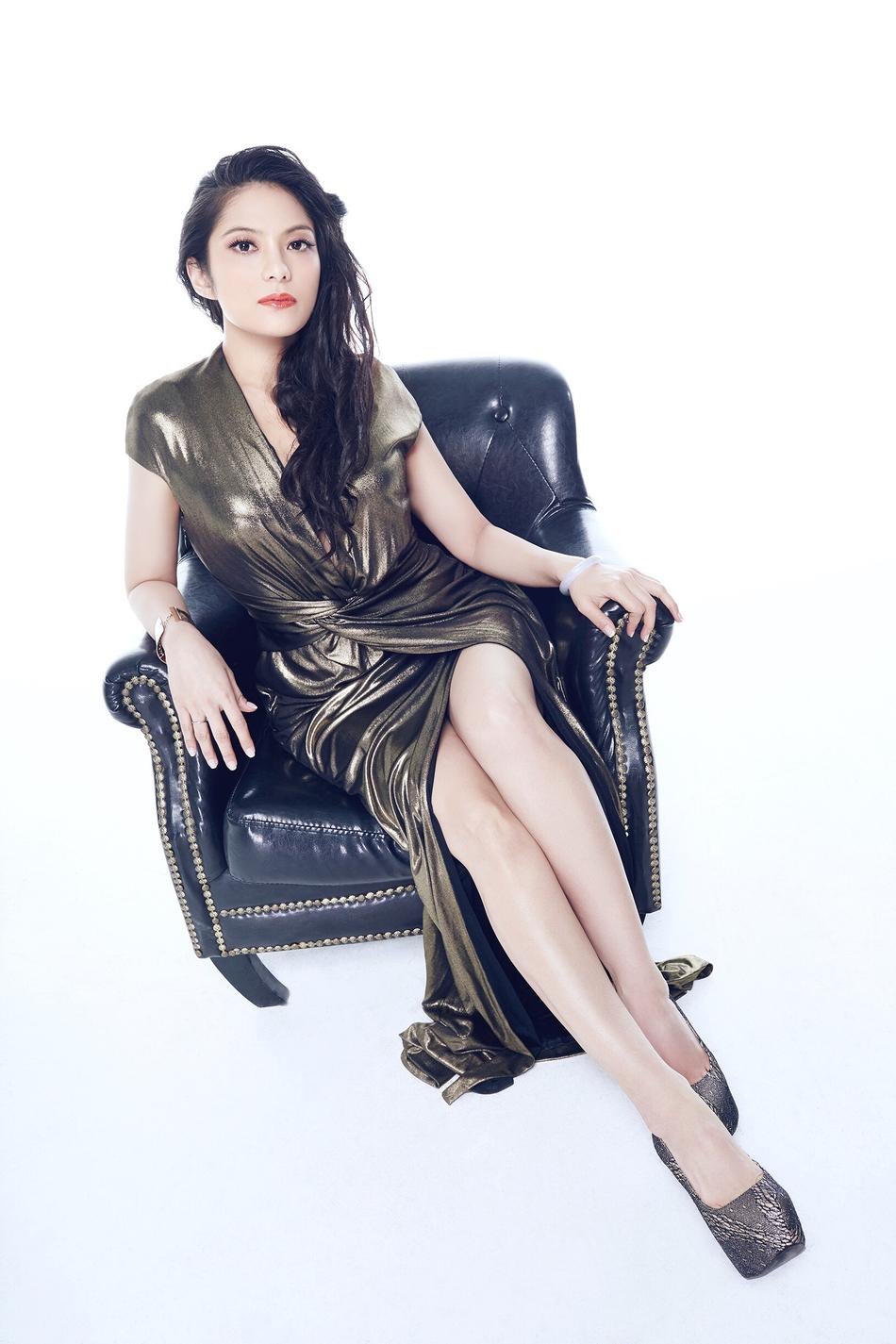Nadia身着金色高开叉长裙秀美腿