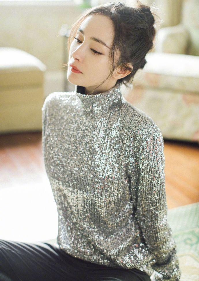 组图:杨幂着银色亮片上衣搭皮裤个性时尚 戴钻石口罩亮闪闪