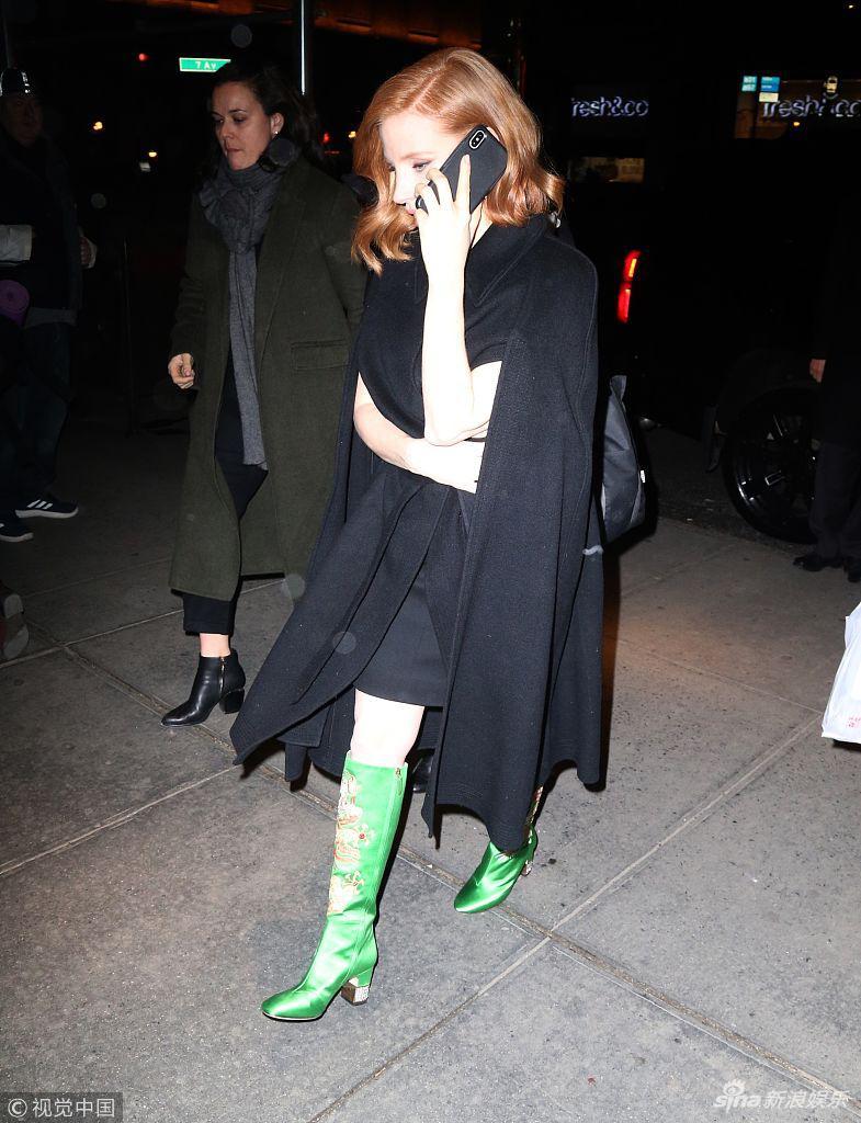 杰西卡?查斯坦演绎另类时尚穿中国龙刺绣长靴显影后霸气