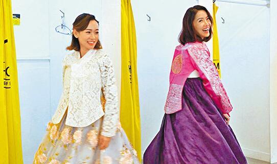 向海岚(右)与杨思琦(左)穿着传统韩服游走首尔宫殿。