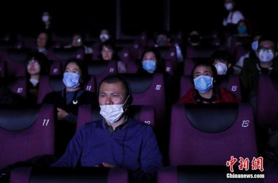 原料图:1月23日,影迷在电影院内戴口罩不悦目影