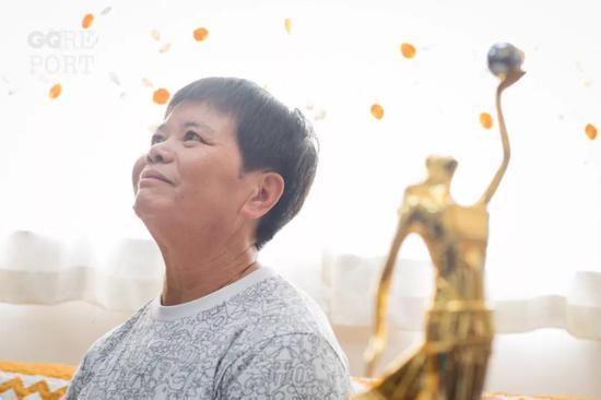 她端茶倒水28年,得了金像奖却不能去庆功宴……
