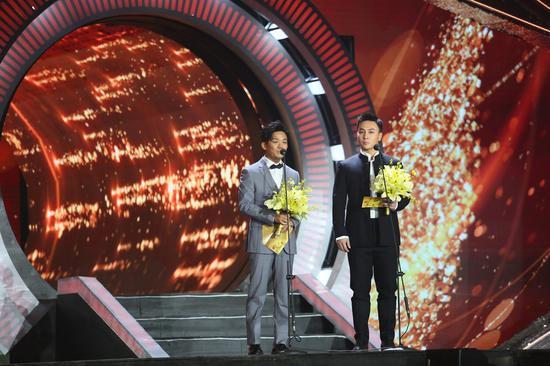 演员王宝强和释小龙作为颁奖嘉宾将最佳儿童片颁发给了《天上掉下个琳妹妹》。