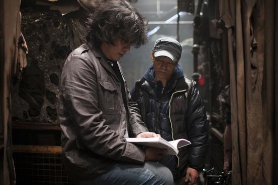 奉俊昊与洪坰杓在《雪国列车》拍摄现场。
