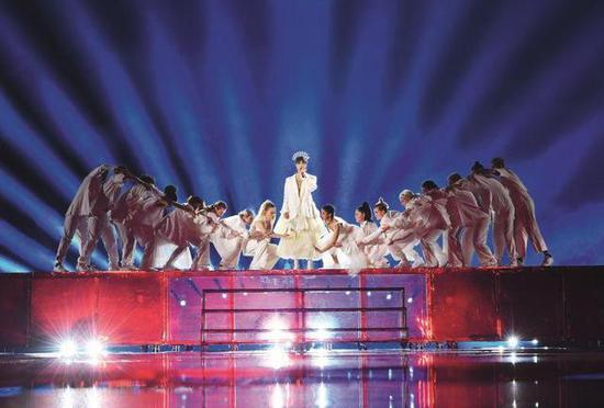 舞台上正在演唱的李宇春