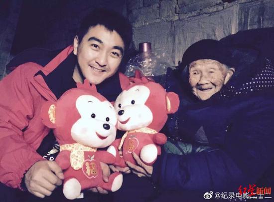 ▲《二十二》导演郭柯与受害老人在一起