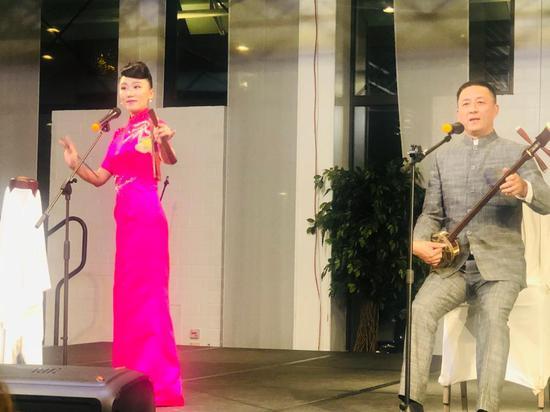 中国四川清音与苏州评弹联唱在展演上呈现