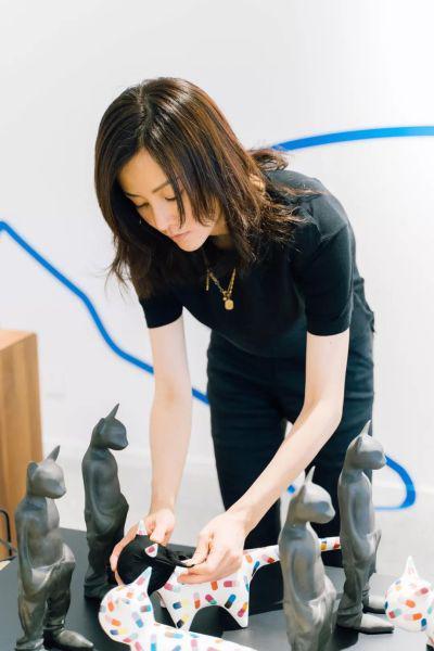 图/刘孜在布置设计展